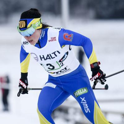 Krista Pärmäkoski åker skidor under FM-tävlingarna.