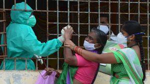 Människor i ett slumområde i Hyderabad, Indien, testades för covid-19 för en vecka sedan.