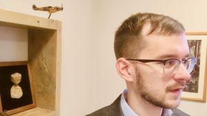 Raivis Zeltīts, den lettiska Nationella alliansens partisekreterare, är intresserad av historia, vilket tydligt syns i detaljerna på hans kontor.