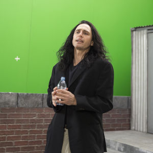 Närbild på Tommy Wiseau (James Franco) under inspelningen.