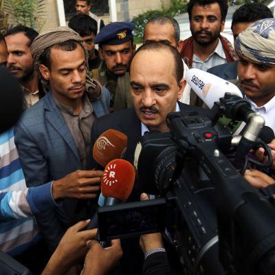 Jemenin huthikapinallisten edustaja Yahya Douaid puhui tiedotusvälineille Sanaassa keskiviikkona ennen lähtöä rauhanneuvotteluihin Kuwaitiin.
