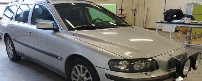 En grå Volvo V70.