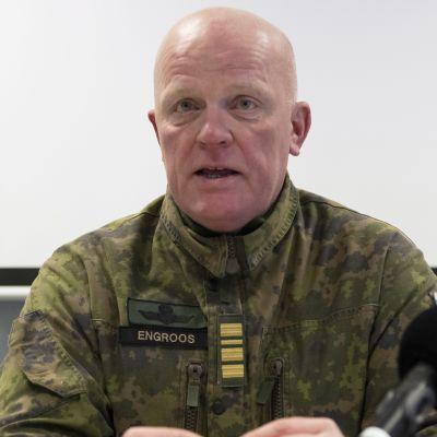 Jörgen Engroos, stabchef vid Nylands brigad, på presskonferens 26.10.2017