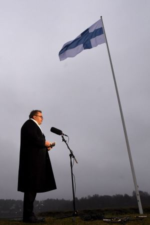 Försvarsminister Antti Kaikkonen håller tal på självständighetsdagen 2020.