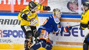 Sami Mutanen tacklar Henrik Haapala.