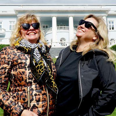 Ingert Nilsson och Maria Sid framför vit herrgård.
