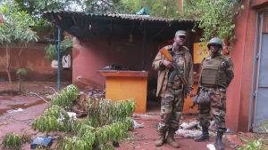 Soldater bevakar hotell Byblos i Sévaré i Mali efter terroristangrepp.