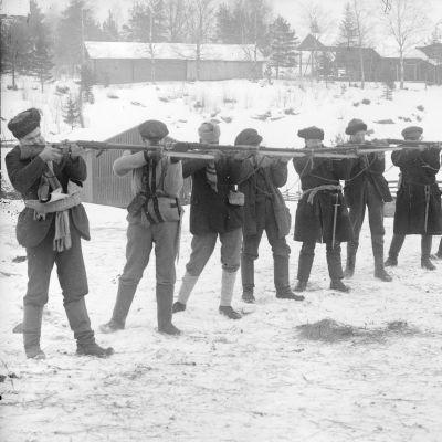 unakaarti ampumaharjoituksissa Siltalan talon pihassa, 1918