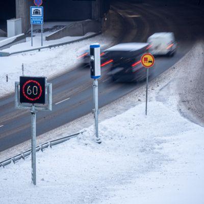 Nopeusvalvontakamera Tampereen rantatunnelin suulla.