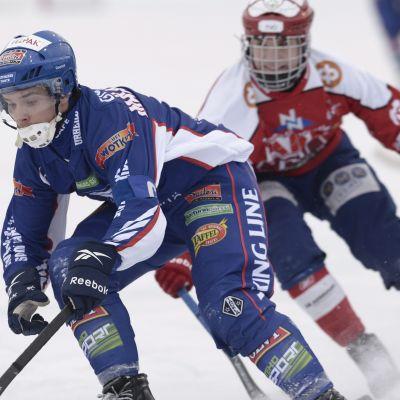 Botnias Teemu Määttä tar sig förbi en Narukerä-spelare.