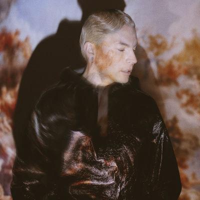 Antti Tuisku, jonka kasvoille heijastuu enkelin kuva.