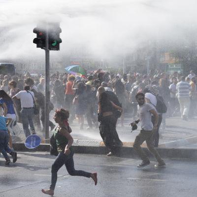 Polisen attackerar prideparaden i Istanbul med vattenkanoner 28.6.2015.
