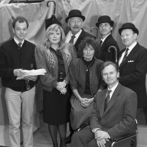 Englantilaisministeriön virkailijoina esiintyvät Aila Svedberg,  Kauko Helovirta,  Pekka Autiovuori ja  Yrjö Järvinen. Mukana myös ohjaajat Rauni Ranta ja Lars Svedberg sekä järjestäjä Juhani Mäkinen.