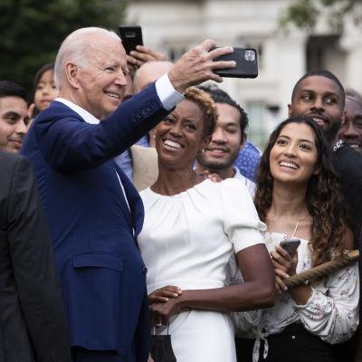 Joe Biden tar selfies med människor utanför Vita huset.