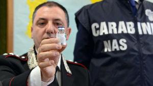 Polis visar inför rätten upp medicinen som använts att ta livet av patienter.