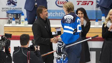 Teemu Selänne och Patrik Laine, före detta och nuvarande ishockeystjärna.