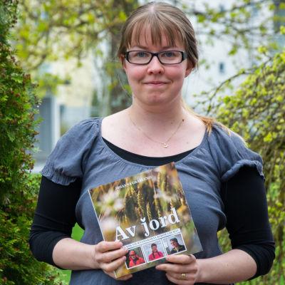 """Johanna Granlund med boken """"Av jord""""."""