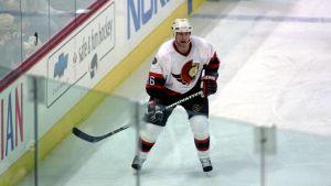 Mike Sillinger i Ottawa Senators spelskjorta.