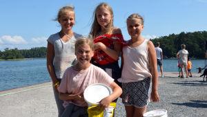 Fyra flickor står vid bryggan i Hitis.