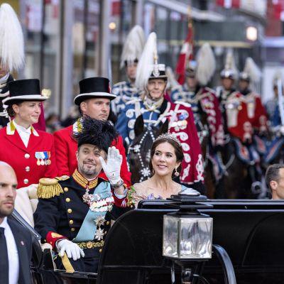 Kronprins Frederik av Danmark och hans hustru kronprinsessan Mary åkte droska genom Köpenhamn och hyllades av folket på Frederiks femtioårsdag.