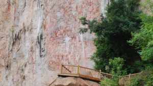 Klippmålningarna togs sommaren 2016 med på Unescos lista över världsarv. Bara forskare har tillträde till gångbron som har uppförts invid dem som är målade nära klippans fot.