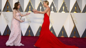 Emily Blunt och Charlize Theron på Oscarsgalans röda matta 2016.