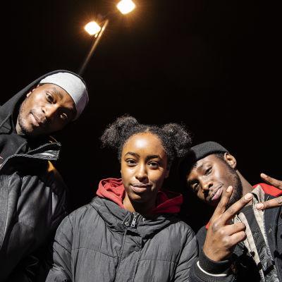 Kuvassa poseeraavat Nicolas Anelka, Amina Ciyow ja Shakur Ahimana Helsingin keskustassa 11. marraskuuta 2020.