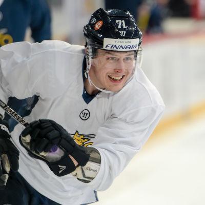 Kristian Kuusela ler på isen.
