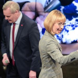 Tytti Tuppurainen vinkar och Antti Rinne syns i bakgrunden.