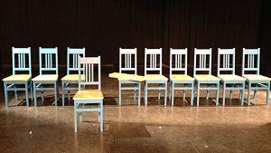 Tio blå barnstolar i trä på rad
