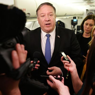Pompeo talar med journalister under sin överraskningsresa till Baghdad