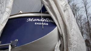 Segelbåten Mandalina, ännu i vinterförvaring uppe på torra land.