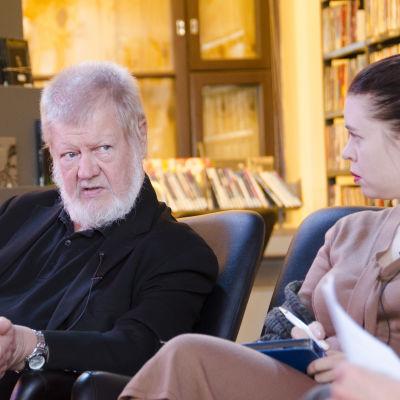 filosofi, kirjailija Torsti Lehtinen ja Anna Kontula keskustelemassa Kirjakerhon nauhoituksissa kirjasto 10:ssä