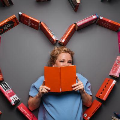 Kulttuuritoimittaja Minna Joenniemi kirjoista rakennetun sydämen keskellä