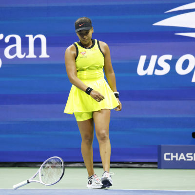 Naomi Osaka slänger sitt racket.