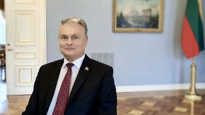 Litauens president Gitanas Nausėda sitter på en stol i presidentpalatset.