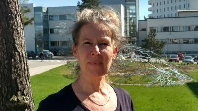 Hanna Nohynek från THL på gården utanför