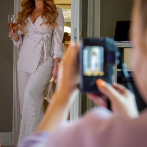 Rosanna Kulju poseeraa, kun Alisa Sieppi ottaa hänestä kuvaa.