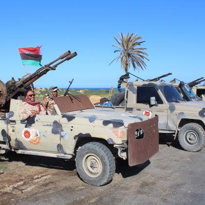 Rebeller som uppges vara från Misrata samlades i Tripoli den 6 april för att stöda regeringen i Tripoli.