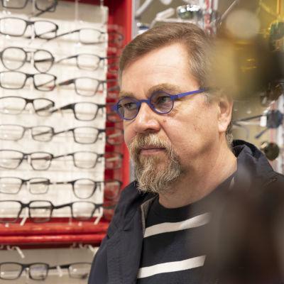 Optikko Ari Pärnänen.