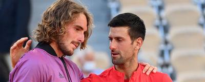 Novak Djokovic tröstar sin motståndare Stefanos Tsitsipas.