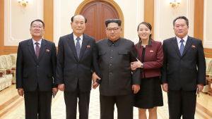 Nordkoreas ledare Kim Jong-Un (i mitten) välkomnade hem den delegation som hade besökt öppningen av vinter-OS i Sydkorea. Kims syster Kim Yo-Jong (andra från höger) och Kim Yong-Nam, Nordkoreas officiella statsöverhuvud (andra från vänster) deltog.