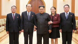 Kim Jong-Un tillsammans med sin syster och den nordkoreanska delegationen som besökte vinter-OS i Sydkorea år 2018.