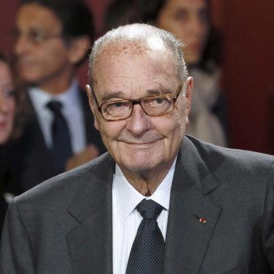 Jacques Chirac ler mot kameran.