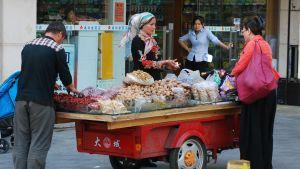 uigurer säljer bland annat potatis