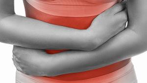 En kvinnomage och samma kvinnas armar som håller om magen. Svartvit bild, men magområdet är färgat i rött
