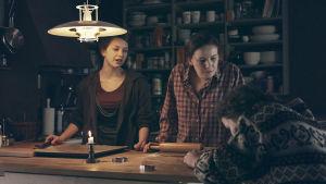 Ca (Mimosa Willamo), Ulrika (Julia Korander) ja Anita (Li Krook) draamasarjassa Lola ylösalaisin.