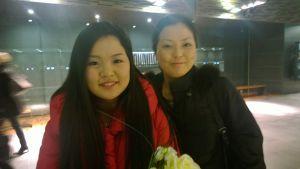 Minami Yoshida lähdössä äitinsä kanssa Musiikkitalosta juhlimaan.