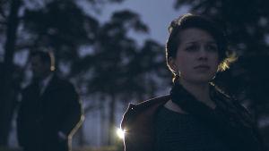Ca Bäck på en mörk strand i dramaserien Lola uppochner