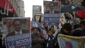 Anhängare till den argentinska presidentkandidaten Daniel Scioli.